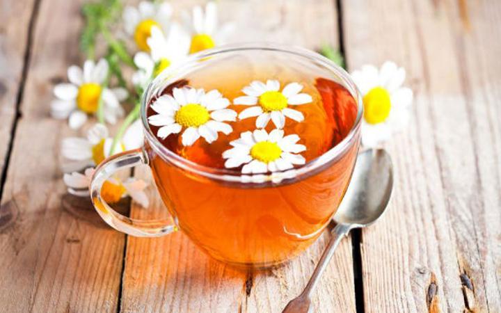 3. Trà hoa cúc: Vị ngọt dịu thanh mát, trà hoa cúc có tác dụng cải thiện mỏi mắt, trị mất ngủ nên rất tốt cho người thức đêm. Một số công dụng khác như phòng ung thư, giải nhiệt, giải độc gan, phòng bệnh tim mạch... đều rất có lợi cho sức khỏe nếu bạn sử dụng thường xuyên.