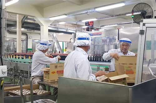 Nhân viên Nestlé được trang bị đầy đủ đồ bảo hộ để đảm bảo an toàn trong bối cảnh dịch bệnh.