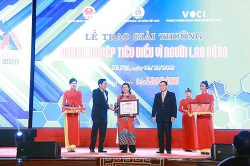 Bà Trương Bích Đào, Giám đốc nhân sự Công ty TNHH Nestlé Việt Nam nhận bằng khen và kỷ niệm chương từ Ban tổ chức.