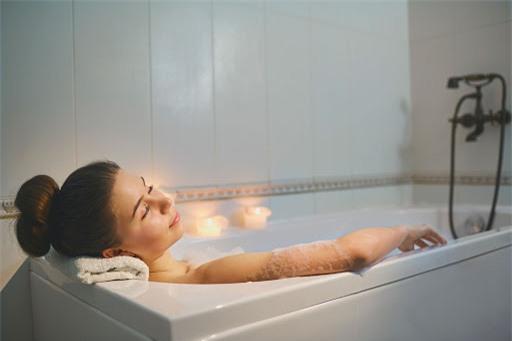 Đi tắm vào lúc đang chóng mặt và tầm nhìn giảm thì chẳng khác nào 'liều mạng'.