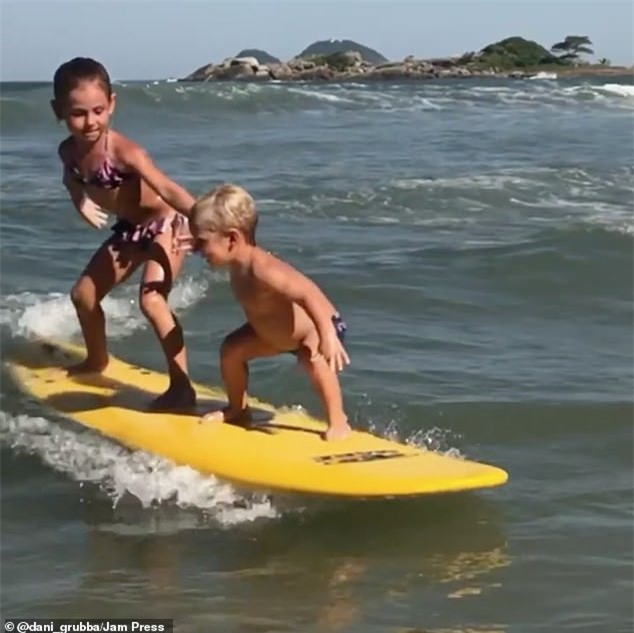 Choáng với bé trai 4 tuổi lướt sóng như vận động viên chuyên nghiệp