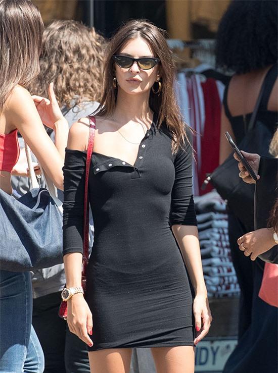 Emily Ratajkowski bị mẫu váy dệt kim phản bội.