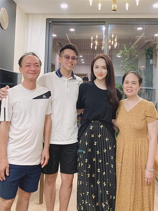 Matt Liu (thứ hai từ trái sang) bên cạnh bố mẹ Hương Giang.