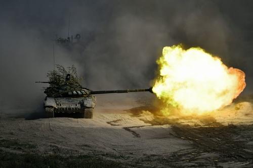 Xe tăng chiến đấu chủ lực T-72B3 của Nga khai hỏa khẩu pháo 125 mm trong một cuộc tập trận. Ảnh: RIA Novosti.
