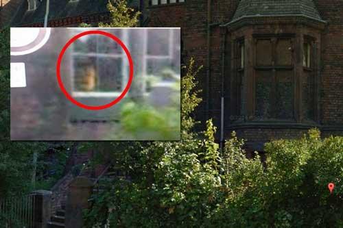 Người dân địa phương tin rằng gương mặt ma quái bên cửa sổ là của bóng ma một bé gái đang khóc. Ảnh Mirror