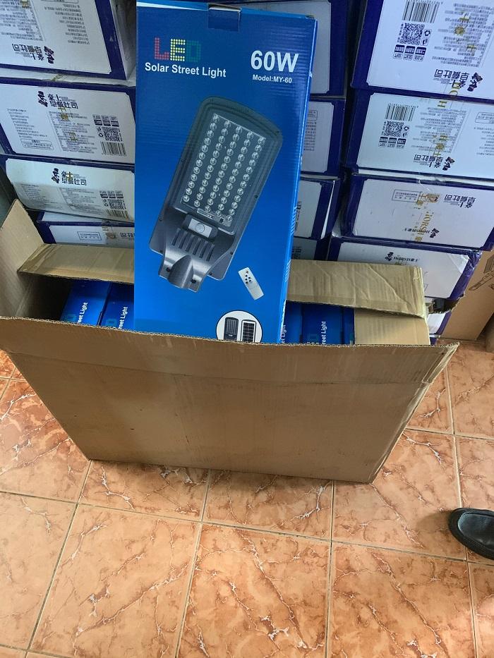 Đoàn kiểm tra phát hiện công ty đang kinh doanh 203 bộ đèn Led năng lượng mặt trời các loại và 05 cái camera nhưng không ghi nhãn phụ.