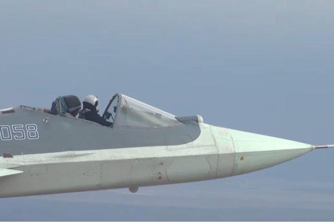 Phi công thử nghiệm đã điều khiển tiêm kích tàng hình Su-57 trong điều kiện không có nắp buồng lái. Ảnh: TASS.