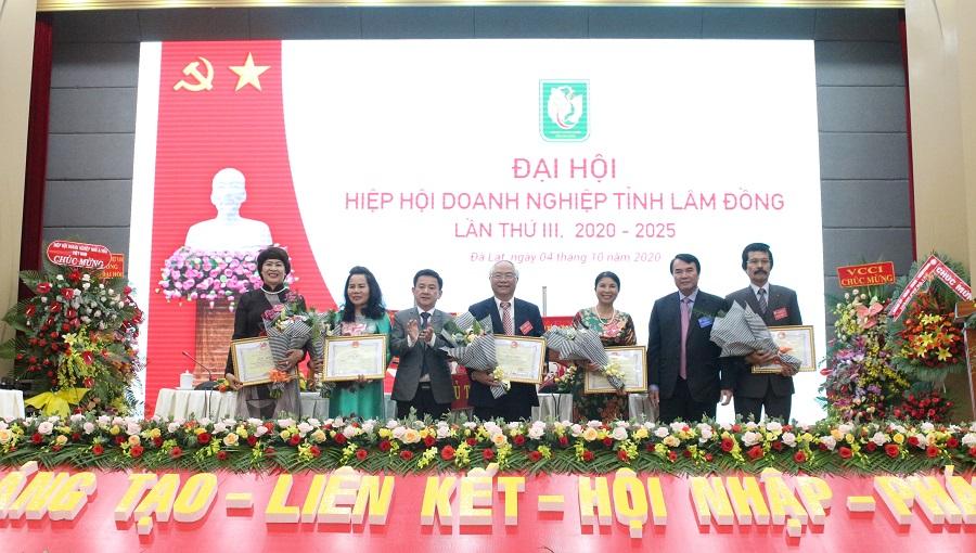 Đại diện UBND tỉnh Lâm Đồng tặng Bằng khen của UBND tỉnh cho các doanh nghiệp Hội viên của Hiệp hội Doanh nghiệp tỉnh Lâm Đồng.