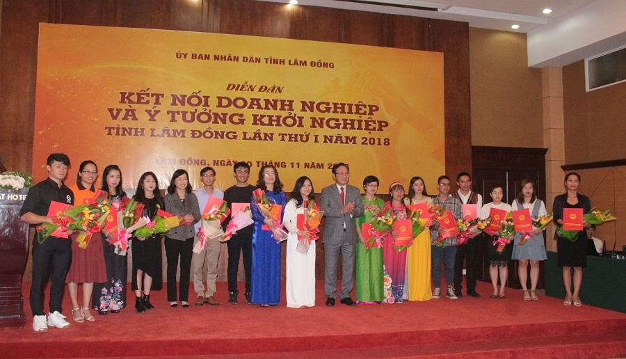 Phó Chủ tịch UBND tỉnh Lâm Đồng Nguyễn Văn Yên trao thưởng cho các dự án khởi nghiệp của tỉnh.