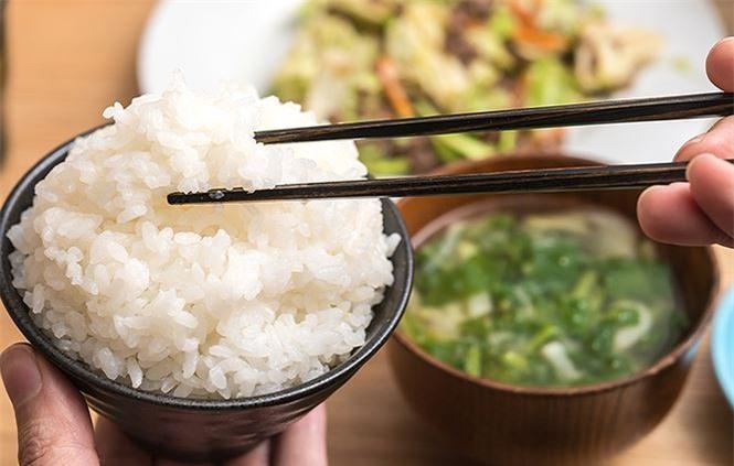 Sai lầm khi ăn cơm gây bệnh