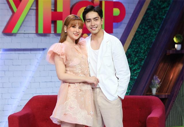 Cuộc sống sung túc của những người đẹp showbiz Việt lấy chồng kém tuổi - Ảnh 6.