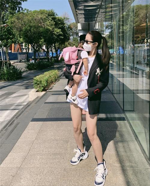 Hai mẹ bỉm sữa sành điệu của showbiz Việt - Ảnh 7.