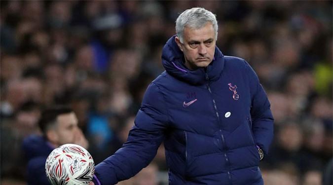 Quả bóng trách nhiệm đã được trao vào tay Mourinho, nhưng liệu ông có thành công?