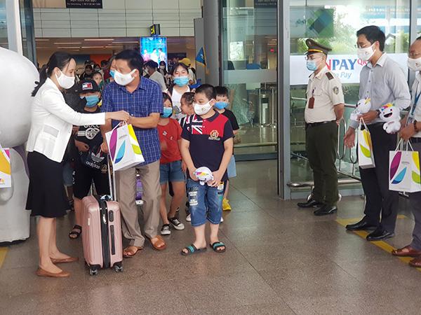 Bà Mai Thị Thanh Hải, Phó Giám đốc Trung tâm Xúc tiến Du lịch Đà Nẵng tặng quà, chào đón các du khách đầu tiên quay trở lại với TP này!