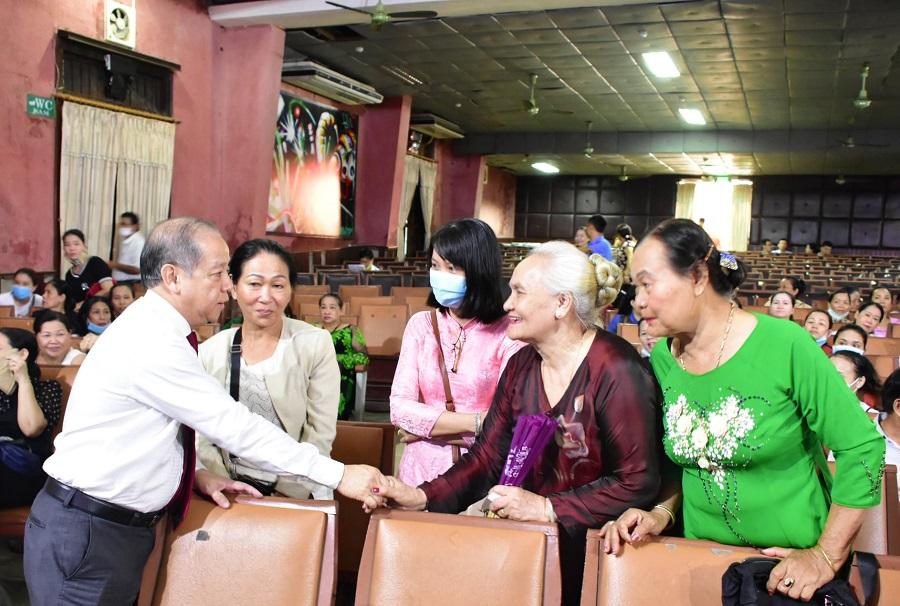 Bà con tiểu thương chợ Đông Ba rất vui mừng, phấn khởi khi có buổi trao đổi trực tiếp với Chủ tịch UBND tỉnh Thừa Thiên Huế.