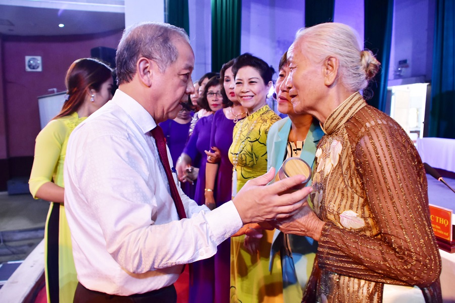 """Ông Phan Ngọc Thọ tặng các tiểu thương chợ Đông Ba bình nước giữ nhiệt để hưởng ứng phong trào """"Ngày Chủ nhật xanh"""" với chủ đề nói không với túi ni lông và sản phẩm nhựa sử dụng một lần."""