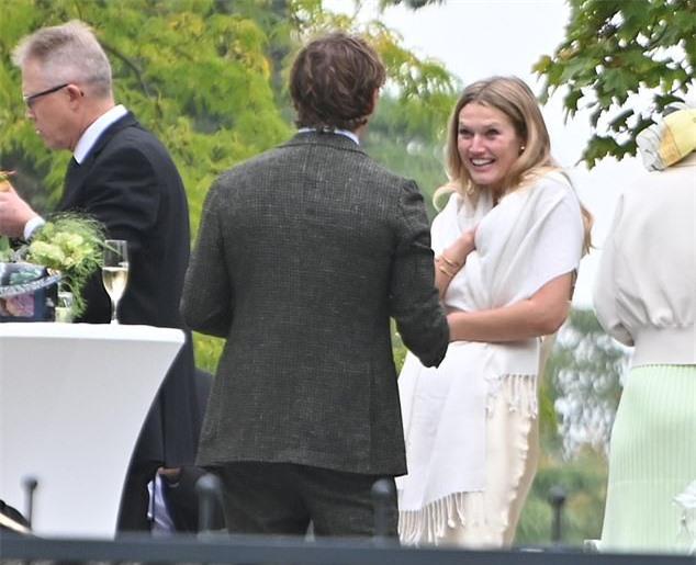 Bạn gái cũ Leonardo DiCaprio kết hôn - 2