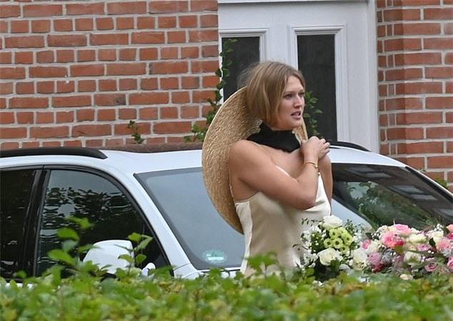 Toni hạnh phúc trong ngày cưới.