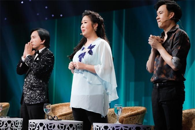 NSƯT Kim Tử Long, NSND Hồng Vân, ca sĩ Dương Triệu Vũ (từ trái qua) nghẹn ngào khi nghe câu chuyện của các ca sĩ ẩn danh.