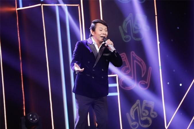 Ca sĩ Anh Duy tiếp tục ca hát ở tuổi 59. Anh từng là một đàn anh hết lòng hỗ trợ Long Nhật nhiều năm trước.