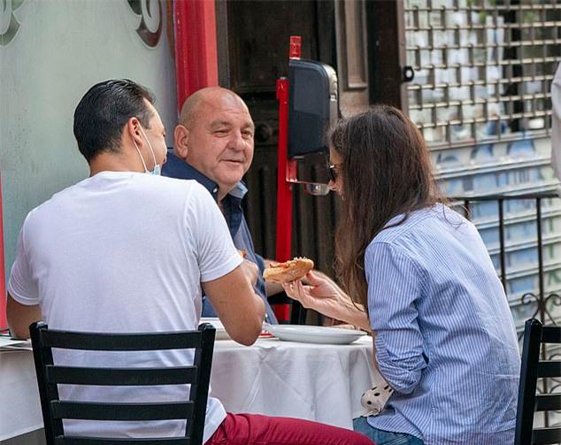 Katie Holmes ăn trưa với bạn trai và bố của anh hôm 25/9.
