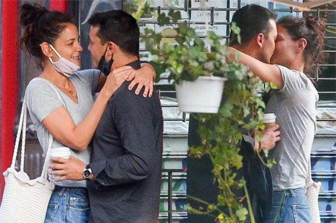 Emilio và Katie tình tứ trước nhà hàng.