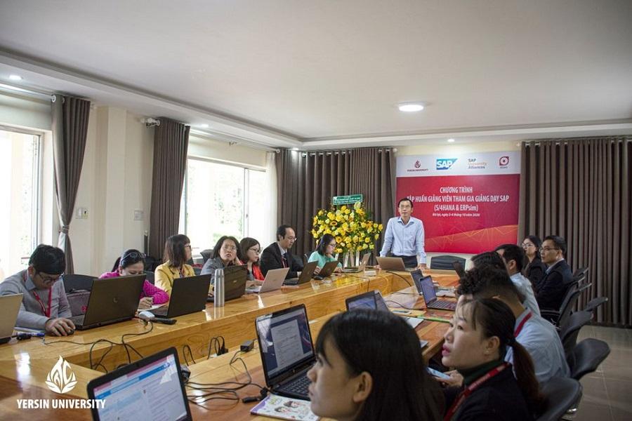 Các chuyên gia tập huấn cho đội ngũ giảng viên của Trường Đại học Yersin Đà Lạt tham gia giảng dạy SAP.