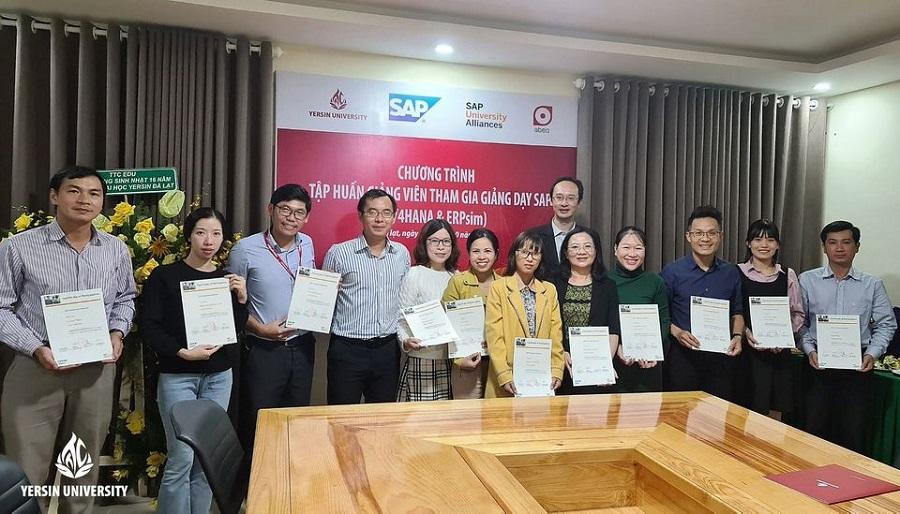 Trao giấy chứng nhận hoàn thành khóa tập huấn giảng dạy SAP cho các giảng viên Trường Đại học Yersin Đà Lạt.