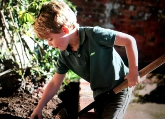 George xúc đất làm vườn cùng bố mẹ. Ảnh: ITV.