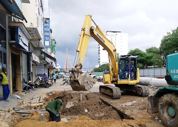 Sau khi UBND quận Hải Châu tổ chức họp dân ngày 2/10 thông báo chủ trương của UBND TP Đà Nẵng, các hộ dân trên đường Duy Tân đã để cho nhà thầu tiếp tục thi công cống thoát nước chứ không còn cản trở như trước
