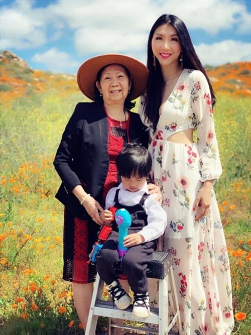 Ngọc Quyên bên mẹ đẻ và con trai gần 5 tuổi.