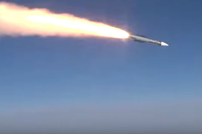 Tên lửa không đối không R-37M được phóng từ tiêm kích Su-35S. Ảnh: TASS.