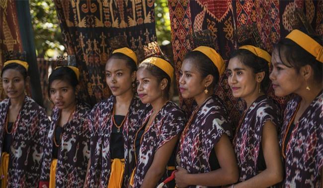 Hủ tục bắt cóc cô dâu trên đảo Sumba: Những cô gái trẻ bị bắt cóc, cưỡng hiếp và bị ép cưới mà không được quyền lên tiếng cho bản thân - Ảnh 5.