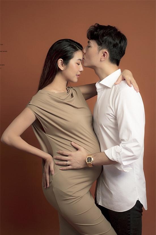 Vợ chồng Thúy Vân - Hoàng Nhật hồi hộp chào đón thành viên mới. Nam doanh nhân chỉ mong con ra đời khỏe mạnh, đáng yêu, mẹ tròn con vuông.