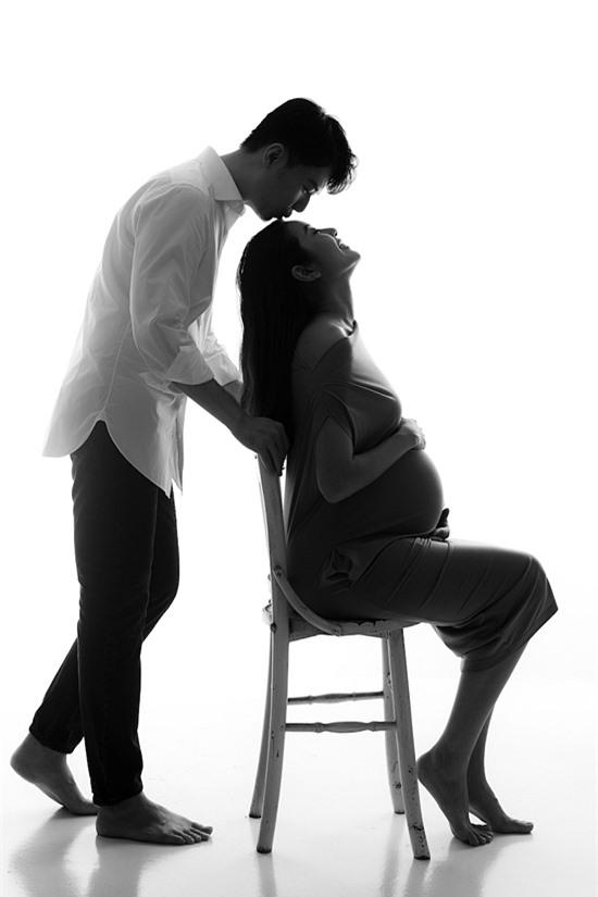 Từ lúc biết vợ mang thai, Hoàng Nhật hết lòng chăm sóc, hỗ trợ cô. Anh nghiên cứu các tìm liệu về thai nhi, tìm hiểu các món ăn giàu dinh dưỡng, thay đổi sữa bầu... giúp mẹ và bé phát triển tốt nhất.