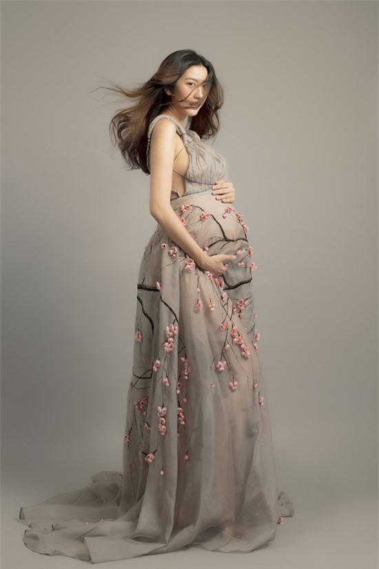 Người đẹp muốn thể hiện hình tượng bà bầu vui vẻ, lan tỏa năng lượng tích cực đến mọi người, nhất là các bà bầu và mẹ bỉm sữa. Tập đầu tiên của chương trình sẽ ra mắt khán giả ngày 8/10.