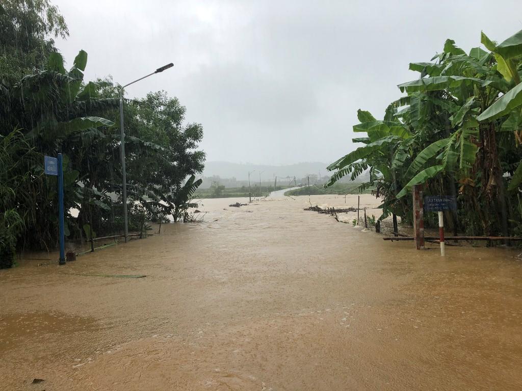 Ngầm Bến Sú về xã Xuân Hóa (huyện Minh Hóa, Quảng Bình) bị ngập sâu do mưa lớn.