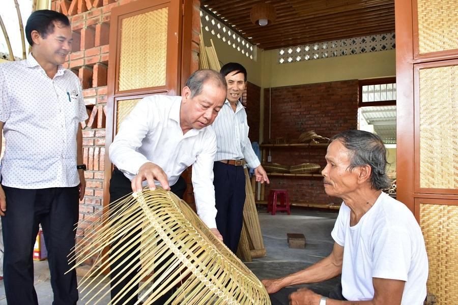 Chủ tịch UBND tỉnh Thừa Thiên Huế yêu cầu tiếp tục hỗ trợ doanh nghiệp sản xuất kinh doanh để tăng tốc phát triển trong trạng thái mới.