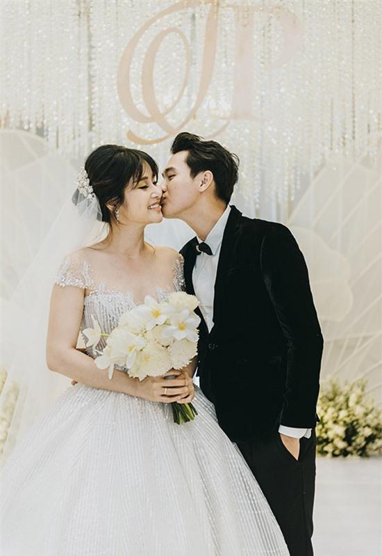 Trương Quang Pháp âu yếm hôn má vợ trong hôn lễ.