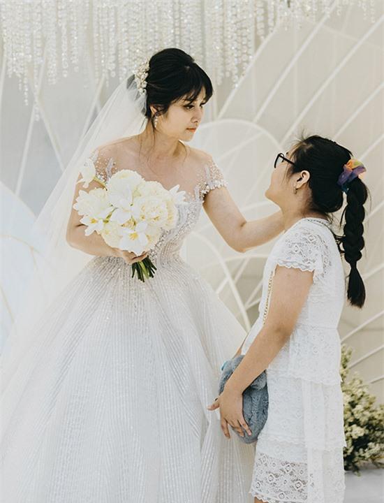 Thảo Trang tranh thủ chăm sóc, dặn dò con gái những việc cần thiết trong hôn lễ.