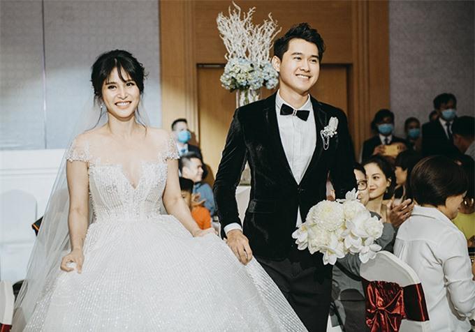 Sau khi đón khách cô dâu chú rể sánh đôi tiến vào sân khấu thực hiện các nghi thức quen thuộc trong đám cưới.