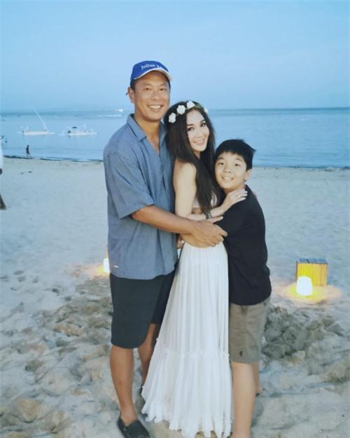 Hà Tổ Quang và Ôn Bích Hà cùng con trai trong chuyến du lịch gần đây.