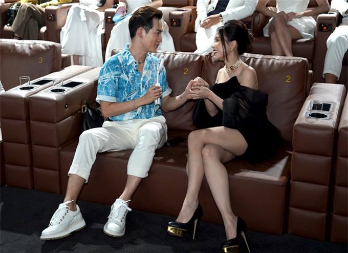 Ali Hoàng Dương trò chuyện thân thiết, nắm tay Sam trong buổi họp báo công bố show Vô lăng tình yêu.