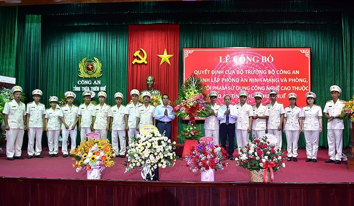 Lãnh đạo tỉnh Thừa Thiên Huế tặng hoa chúc mừng đội ngũ cán bộ, chiến sỹ Phòng An ninh mạng và phòng, chống tội phạm sử dụng công nghệ cao thuộc Công an tỉnh.