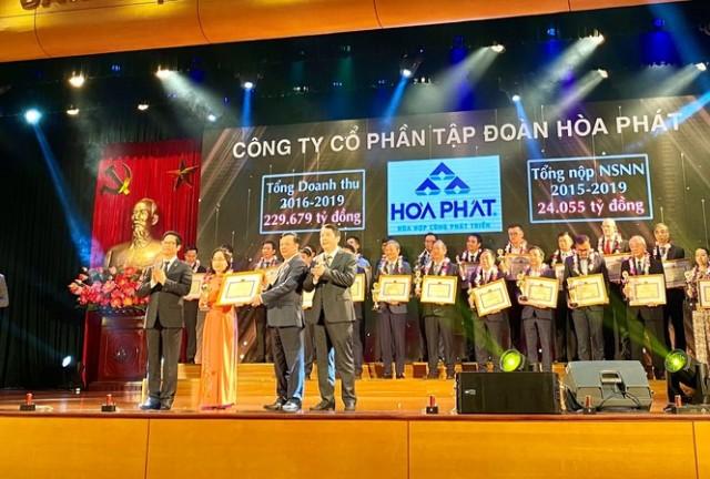 Đại diện Tập đoàn Hoà Phát nhận bằng khen, kỷ niệm chương vì có thành tích tiêu biểu về thuế.