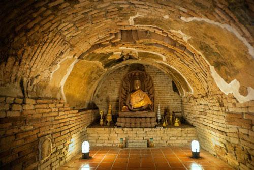 Đường hầm cổ trong chùa.