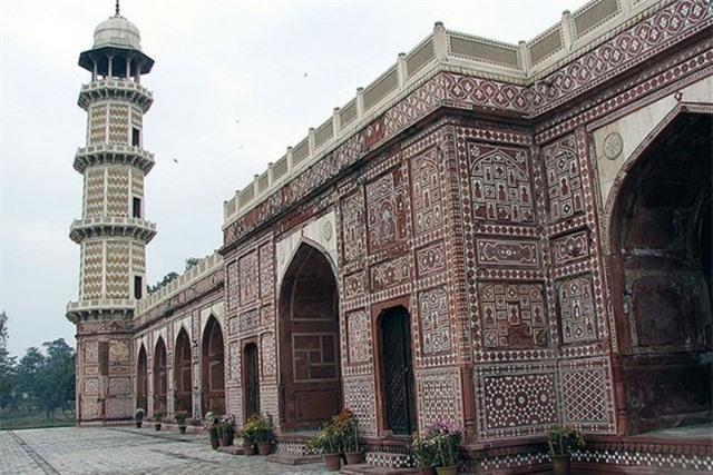 Lăng mộ này thu hút 1 lượng lớn khách du lịch hàng năm