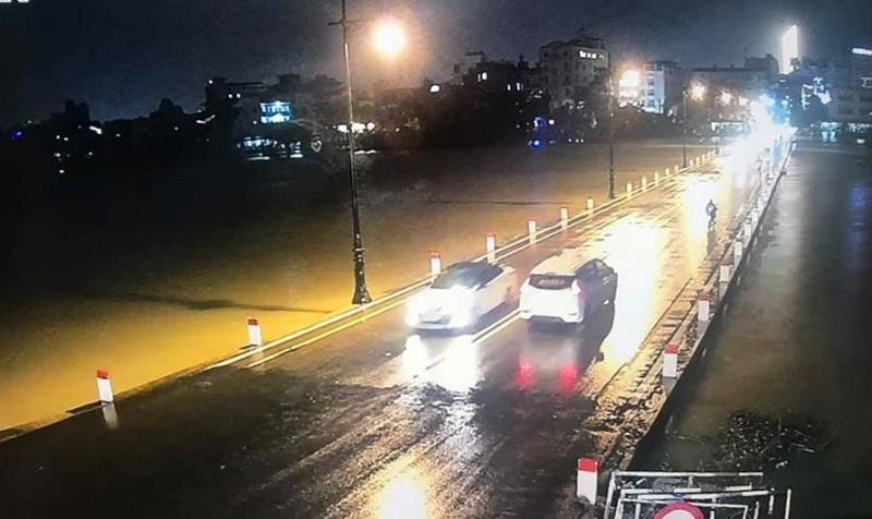 Từ đêm 7/10, nước trên sông Hương qua TP. Huế vẫn đang tiếp tục dâng cao.
