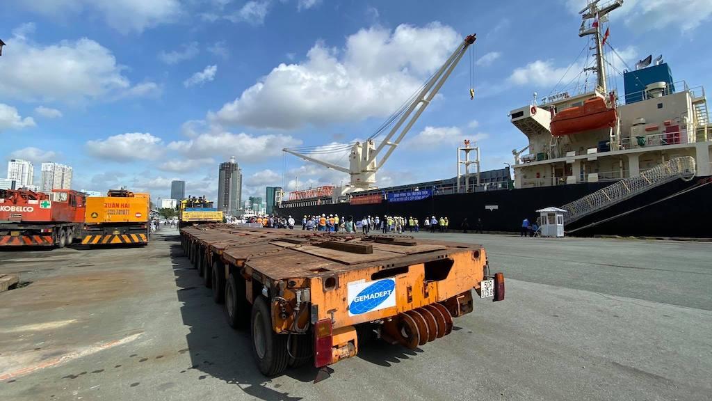 Xe đầu kéo tại cảng Khánh Hội để vận chuyển toa metro.