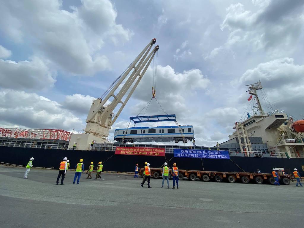 Sau khi tàu cập cảng, các đơn vị sẽ cần khoảng 2 giờ để đưa các toa tàu từ xuống và nâng lên các xe chuyên dùng chuẩn bị vận chuyển về Depot Long Bình (quận 9).